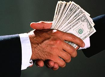 Украинцам разрешили зачислять иностранную валюту на счета своих родственников
